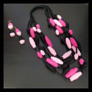 Collana e orecchini di pannolenci nero e rosa